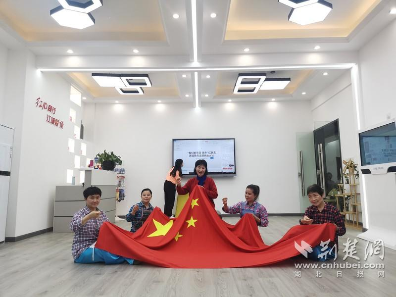 红色文艺轻骑兵走进武汉长墩堤社区