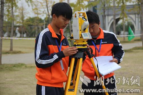 学生进行全站仪导线测量比赛