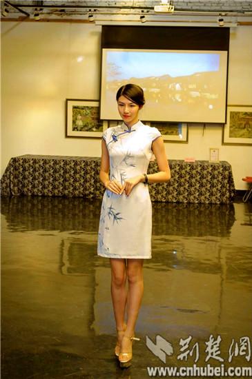 武汉大学生手绘制作50件旗袍(图)