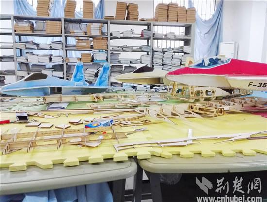 架已经做好的精致的模型飞机