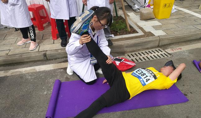 """武汉轻工大学康复治疗专业学师生为""""汉马""""添保障"""