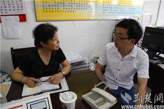 图为:武汉大学珞珈学院经济与管理学系党总支书记兼副主任王秀华(左1)图片
