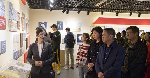 湖北商贸学院组织师生代表参观红色档案史料展