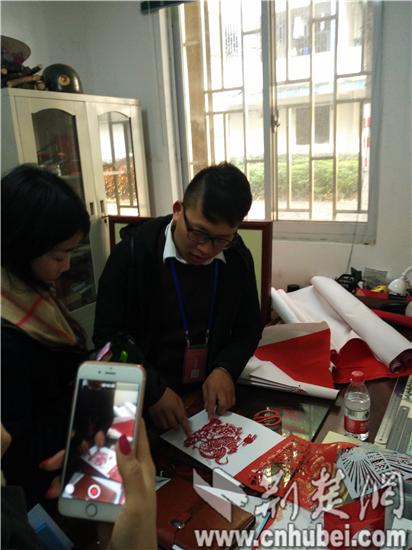 大学生创新创业基地内,专注桂林特色农产品电商运营的产品经理刘敏正