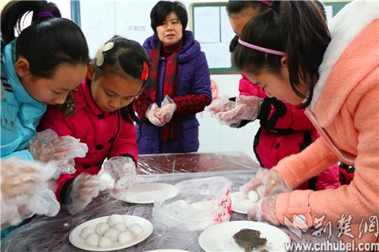 汉阳区洲头街小学元宵节关怀留守儿童