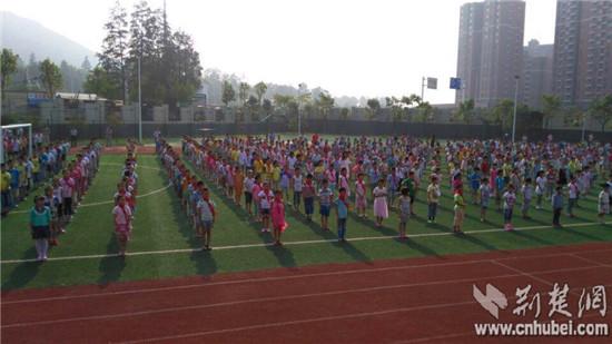 图为:光谷九峰一小学生在开学典礼现场