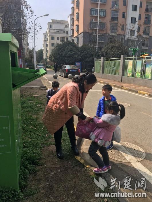 """武汉市流芳幼儿园开展""""学雷锋,做好事——捐赠衣物献爱心""""教育实践"""