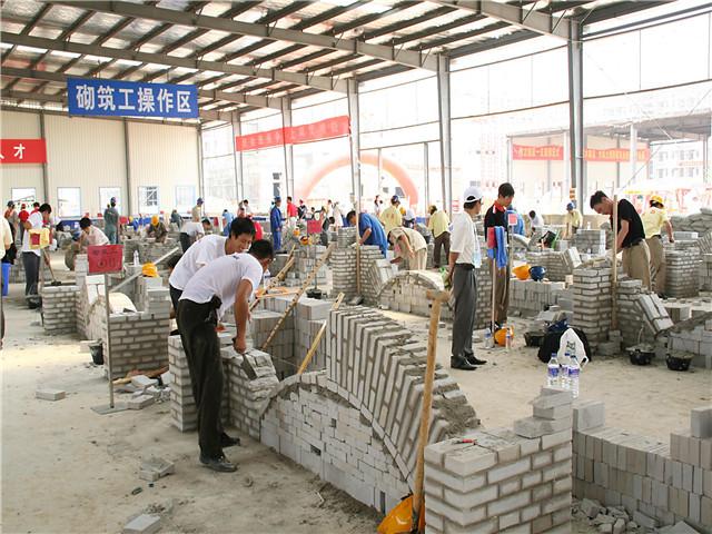 华中科技大学土木工程学院学生在我院实训基地实训场景