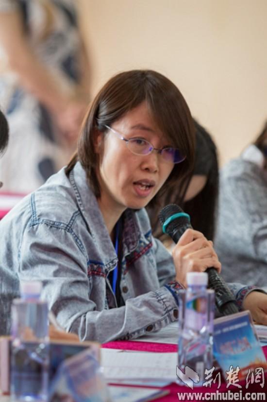 10:媒体团天山网记者王芳提问-1_tn.jpg
