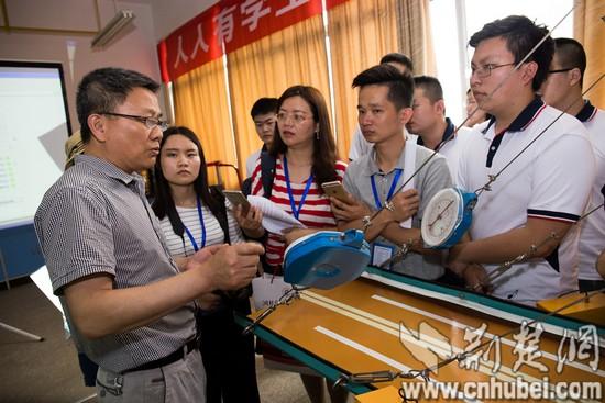 12:媒体团参观采访道路桥梁工程技术专业_tn.jpg