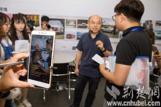 13:媒体团参观采访汽车运用与维修技术专业_tn.jpg