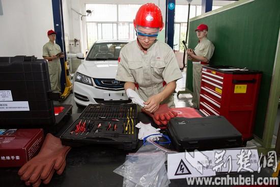14:媒体团参观采访汽车运用与维修技术专业_tn.jpg