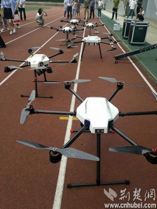 16:媒体记者观看无人机飞控表演_tn.jpg